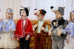 Gomel, Bielorrusia - 20 de diciembre de 2017: Día de fiesta del ` s del Año Nuevo para los niños en guardería Niños 4 - 5 años Imágenes de archivo libres de regalías
