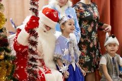 Gomel, Bielorrusia - 20 de diciembre de 2017: Día de fiesta del ` s del Año Nuevo para los niños en guardería Niños 4 - 5 años Fotografía de archivo libre de regalías