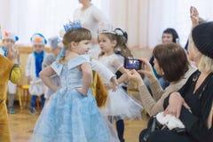 Gomel, Bielorrusia - 22 de diciembre de 2016: Día de fiesta del ` s del Año Nuevo para los niños en guardería Niños 3 - 4 años Fotografía de archivo libre de regalías