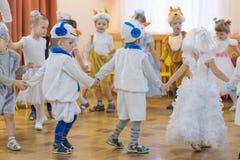 Gomel, Bielorrusia - 22 de diciembre de 2016: Día de fiesta del ` s del Año Nuevo para los niños en guardería Niños 3 - 4 años Fotos de archivo libres de regalías
