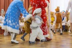 Gomel, Bielorrusia - 22 de diciembre de 2016: Día de fiesta del ` s del Año Nuevo para los niños en guardería Niños 3 - 4 años Imagen de archivo libre de regalías