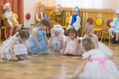 Gomel, Bielorrusia - 22 de diciembre de 2016: Día de fiesta del ` s del Año Nuevo para los niños en guardería Niños 3 - 4 años Imágenes de archivo libres de regalías