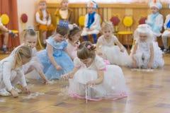 Gomel, Bielorrusia - 22 de diciembre de 2016: Día de fiesta del ` s del Año Nuevo para los niños en guardería Niños 3 - 4 años Foto de archivo
