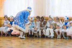 Gomel, Bielorrusia - 22 de diciembre de 2016: Día de fiesta del ` s del Año Nuevo para los niños en guardería Niños 3 - 4 años Foto de archivo libre de regalías