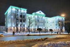 GOMEL, BIELORRUSIA - 3 DE DICIEMBRE DE 2018: El edificio del comité investigador en la iluminación de la noche imagen de archivo libre de regalías