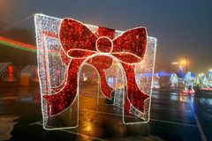 Gomel, Bielorrusia - 28 de diciembre de 2017: Iluminación del ` s del Año Nuevo en la plaza principal de la ciudad Pequeñas forma Imágenes de archivo libres de regalías