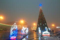 Gomel, Bielorrusia - 28 de diciembre de 2017: Iluminación del ` s del Año Nuevo en la plaza principal de la ciudad Pequeñas forma Imagenes de archivo