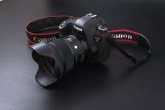 Gomel, Bielorrusia - 22 de febrero de 2017: Cámara de Canon - 6d con las lentes de la sigma - 24 en el fondo negro Imágenes de archivo libres de regalías