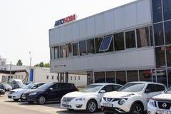 Gomel, Bielorrusia - 3 de junio de 2015: El distribuidor autorizado oficial de Nissan - motores Autoworld, calle Khatayevich 32, Imágenes de archivo libres de regalías