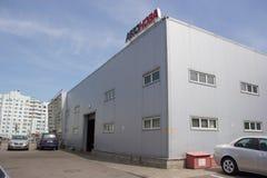 Gomel, Bielorrusia - 3 de junio de 2015: El distribuidor autorizado oficial de Nissan - motores Autoworld, calle Khatayevich 32, Foto de archivo libre de regalías