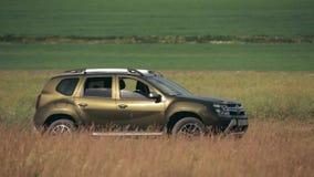 Gomel, Bielorrusia - 13 de junio de 2018: Renault Duster o Dacia Duster SUV en paisaje del prado del verano Plumero producido en  metrajes