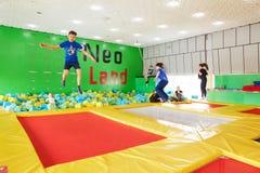GOMEL, Bielorrusia - 28 de marzo de 2018: TIERRA NEA del centro del trampolín del entretenimiento del ` s de los niños Imágenes de archivo libres de regalías