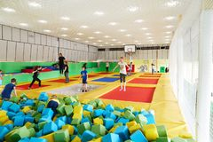GOMEL, Bielorrusia - 28 de marzo de 2018: TIERRA NEA del centro del trampolín del entretenimiento del ` s de los niños Fotos de archivo libres de regalías