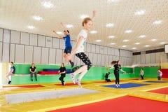 GOMEL, Bielorrusia - 28 de marzo de 2018: TIERRA NEA del centro del trampolín del entretenimiento del ` s de los niños Imagen de archivo