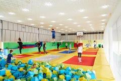 GOMEL, Bielorrusia - 28 de marzo de 2018: TIERRA NEA del centro del trampolín del entretenimiento del ` s de los niños Imagenes de archivo