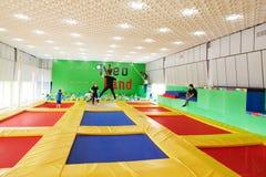 GOMEL, Bielorrusia - 28 de marzo de 2018: TIERRA NEA del centro del trampolín del entretenimiento del ` s de los niños Foto de archivo libre de regalías