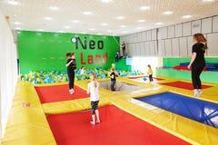 GOMEL, Bielorrusia - 28 de marzo de 2018: TIERRA NEA del centro del trampolín del entretenimiento del ` s de los niños Fotografía de archivo