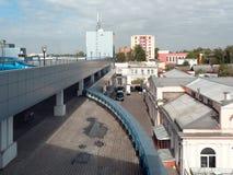 GOMEL, BIELORRUSIA - 4 DE MAYO DE 2019: Centro comercial SECRETO con el aparcamiento en el tejado fotografía de archivo