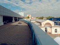 GOMEL, BIELORRUSIA - 4 DE MAYO DE 2019: Centro comercial SECRETO con el aparcamiento en el tejado foto de archivo libre de regalías