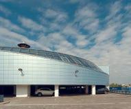 GOMEL, BIELORRUSIA - 4 DE MAYO DE 2019: Centro comercial SECRETO con el aparcamiento en el tejado imagen de archivo libre de regalías