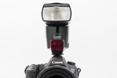 GOMEL, BIELORRUSIA - 12 de mayo de 2017: Cámara de Canon 6d con la lente en un fondo blanco Canon es el manufactur más grande de  Fotografía de archivo