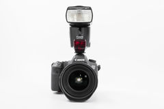 GOMEL, BIELORRUSIA - 12 de mayo de 2017: Cámara de Canon 6d con la lente en un fondo blanco Canon es el manufactur más grande de  Foto de archivo libre de regalías