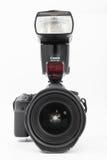 GOMEL, BIELORRUSIA - 12 de mayo de 2017: Cámara de Canon 6d con la lente en un fondo blanco Canon es el manufactur más grande de  Imagen de archivo libre de regalías