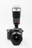 GOMEL, BIELORRUSIA - 12 de mayo de 2017: Cámara de Canon 6d con la lente en un fondo blanco Canon es el manufactur más grande de  Imágenes de archivo libres de regalías