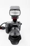 GOMEL, BIELORRUSIA - 12 de mayo de 2017: Cámara de Canon 6d con la lente en un fondo blanco Canon es el manufactur más grande de  Foto de archivo