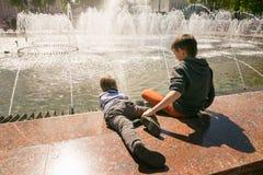 GOMEL, BIELORRUSIA - 14 de mayo de 2017: Juego de niños con agua cerca de una fuente de la ciudad en la ciudad de Gomel Fotografía de archivo