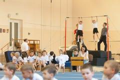 Gomel, Bielorrusia - 21 de mayo de 2012: La competencia entre los muchachos en 2006-2007 en gimnasia Disciplina - entrenamiento f Foto de archivo libre de regalías