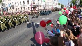 Gomel, Bielorrusia - 9 de mayo de 2016: La gente uniformó soldados soviéticos y a los oficiales implicados en el desfile dedicado metrajes