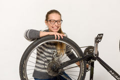 GOMEL, BIELORRUSIA - 12 de mayo de 2017: PISTA de la bici de montaña en un fondo blanco La muchacha está montando Imagenes de archivo