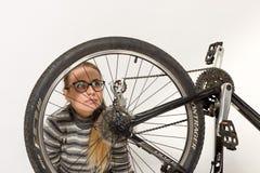 GOMEL, BIELORRUSIA - 12 de mayo de 2017: PISTA de la bici de montaña en un fondo blanco La muchacha está montando Fotografía de archivo