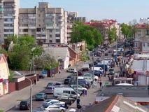 GOMEL, BIELORRUSIA - 2 DE MAYO DE 2019: tráfico en la calle de Karpovich fotos de archivo libres de regalías