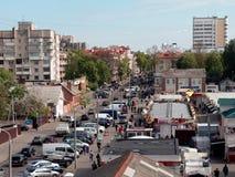 GOMEL, BIELORRUSIA - 2 DE MAYO DE 2019: tr?fico en la calle de Karpovich fotografía de archivo