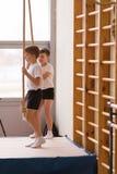 Gomel, Bielorrusia - 12 de noviembre de 2016: Competencias de deportes en la acrobacia entre los muchachos y las muchachas llevad Fotos de archivo