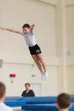 Gomel, Bielorrusia - 12 de noviembre de 2016: Competencias de deportes en la acrobacia entre los muchachos y las muchachas llevad Imagenes de archivo