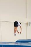 Gomel, Bielorrusia - 12 de noviembre de 2016: Competencias de deportes en la acrobacia entre los muchachos y las muchachas llevad Foto de archivo