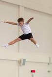 Gomel, Bielorrusia - 12 de noviembre de 2016: Competencias de deportes en la acrobacia entre los muchachos y las muchachas llevad Foto de archivo libre de regalías