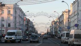 GOMEL, BIELORRUSIA - 18 DE NOVIEMBRE DE 2018: Tráfico del tráfico en la calle de Sovetskaya