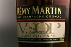 GOMEL, BIELORRUSIA - 17 de octubre de 2017: Botella de coñac Remy Martin en un fondo monofónico Fotos de archivo libres de regalías
