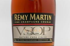 GOMEL, BIELORRUSIA - 17 de octubre de 2017: Botella de coñac Remy Martin en un fondo monofónico Foto de archivo libre de regalías