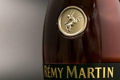 GOMEL, BIELORRUSIA - 17 de octubre de 2017: Botella de coñac Remy Martin en un fondo monofónico Foto de archivo