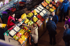 GOMEL, BIELORRUSIA - 22 DE OCTUBRE: Gente local en la ubicación de la venta del mercado Imágenes de archivo libres de regalías