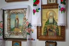 GOMEL, BIELORRUSIA - 23 de septiembre de 2017: La iglesia del gran mártir santo George el victorioso El interior de la iglesia Imagen de archivo libre de regalías