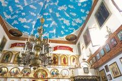 GOMEL, BIELORRUSIA - 23 de septiembre de 2017: La iglesia del gran mártir santo George el victorioso El interior de la iglesia Imágenes de archivo libres de regalías