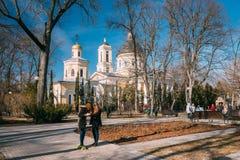 Gomel, Bielorrusia Dos adolescentes que se divierten con el monopatín en parque de la ciudad Imagen de archivo