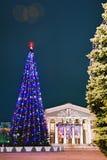 Gomel, Bielorrusia, el 29 de diciembre de 2006: Árbol de abeto de la Navidad en el cuadrado de Lenin Imágenes de archivo libres de regalías