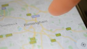 Gomel, Bielorrusia - mayo de 2018: Persona que usa un uso de Google Maps en el dispositivo de Android Enfoque del mapa de Birming almacen de video